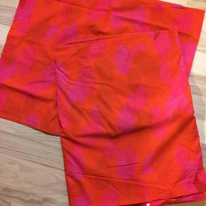 Brand: X Varetype: Sengetøj Størrelse: 140x200 Farve: Rød/pink/orange Oprindelig købspris: 400 kr. Prisen angivet er inklusiv forsendelse.  2 stk pudebetræk a 60x70.. 2 stk dynebetræk a 140x200... kun vasket.