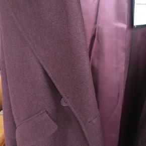 Lækker jakke i uldmix. Str er tættere på en L end en M, da den er oversized, derfor er den lagt op som en L.