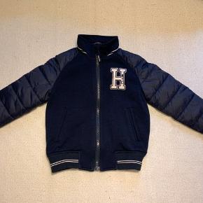 Sælger denne lækre Hilfiger jakke, den er ikke ret meget brugt. Den er super lækker jakke til vinter og pæn brug. Kom med et bud