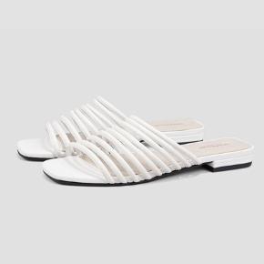 Seje sandaler fra Vagabond.   Str. 38.  De er ikke brugt meget, men desværre har sålen taget lidt skade af lidt vand. Dog ikke noget der kan ses, når man har dem på.   Nypris: 750 kroner. Bud modtages.
