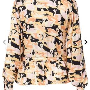 """Fineste skjorte fra Stine Goya sælges, aldrig brugt og har stadig mærke i. Skjorten har et justerbart bindebånd i taljen, så man selv kan """"forme"""" den som man ønsker.  Hvis der ønskes handel over TS, betaler køber gebyr."""