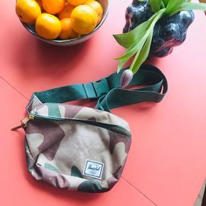 Helt ny bumbag fra Herschel købt i sommers 🌝 Mærket er pillet af, men udover det er den aldrig brugt! Metallynlås og læderstrop på lynlåsen og strop med spænde 🌸 rødt stribet stof indeni. Måler ca. 23 x 19 cm. Justerbar strop 👝   Bemærk - afhentes ved Harald Jensens plads eller sendes med dao. Bytter ikke 💛   💫  Bumbag bæltetaske camo militær mili camouflage camou bælte taske bum bag