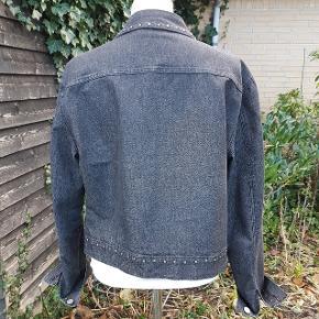 Fin jakke fra Inwear Jeans str. 40 med stræk effekt 60% bomuld  36 % polyester  4 % polyurethane God længde til kjoler og nederdele Fremstår pæn og mere sort i det end den fremstår på billedet