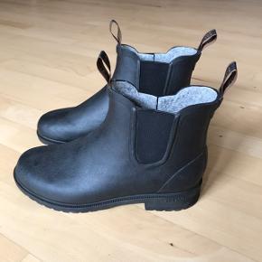 Super lækre og flotte gummistøvler fra Tretorn med foring i, så man også kan holde varmen til vinter.  Normalt bruger jeg en størrelse 41,5 og de er lidt for store til mig, så derfor har jeg aldrig rigtig fået dem brugt.  De er købt i Sverige, og jeg har fået dem i gave, så jeg har desværre ikke kvitteringen - ellers havde jeg også bare selv byttet dem til en mindre størrelse :)