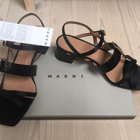 Fussbett er ikke de eneste smukke sandaler fra Marni. Der er for eksempel dette par. Aldrig brugt. Æske og stofposer med følger. Sendes for købers regning. Kan ellers afhentes i Valby eller på mit job ved Fisketorvet.   Bytter ikke.  Pris i butik: 4.200 kr.  Min mp: 1200 kr.