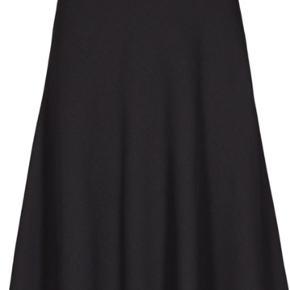 Fin nederdel i A-form. Model er crepe georgette Stelly C.