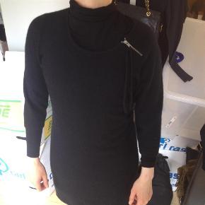 Varetype: kjole i angora mix Farve: Sort Oprindelig købspris: 1600 kr.  NUL BYTTE. modellen er 175 cm og bruger selv en str 36. skambud ignoreres. kan hentes i KBH K. sender også med dao til 33 kr. kun seriøse bud tak.byd ikke hvis du ikke mener det. jeg tager mobilepay. glæder mig til at høre fra jer:)   lækker kjole i angora blanding med angora og poliamid+uld.