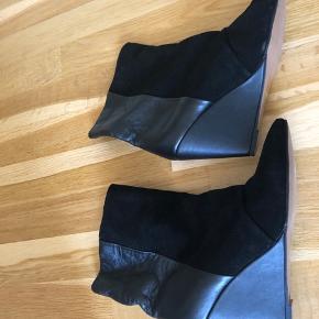 Flotte ruskindsstøvler/læder støvletter fra Moss Copenhagen i ægte skind.  Støvlen er smal og jeg synes de passer en 40,5 bedst, alt afhængig af fod. Derudover vil støvlen sikkert gi' sig, i og med det er læder.   Sendes med DAO på købers regning, ellers kan de afhentes i Birkerød.