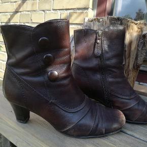 """Foret vinterstøvle fra Norske Softwalk. Skal have ny hæl, derfor lav pris. Looket er """"slidt"""" dvs. at de skal se sådan ud på snuden. Super komfortabel støvle. Sælges da jeg ikke bruger hæle mere."""