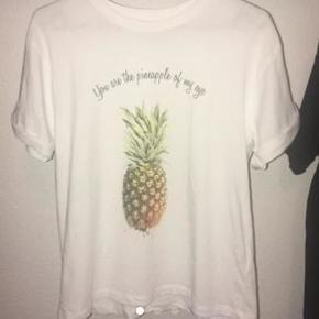 Hvid t-shirt med ananas print. Brugt få gange Kan afhentes i Give. Hvis pakken skal sendes, skal køber betale fragten