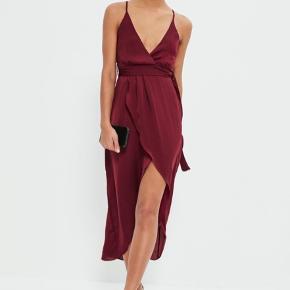 Jeg sælger denne fine kjole fra Missguided. Jeg brugte den selv som gallakjole i 3.g.   Standen er rigtig fin, og den er kun brugt den ene aften.  Det er en størrelse 38, men kan sagtens passes af en 36.  Der kan sagtens sendes flere billeder af kjolen, hvis det ønskes. :-)