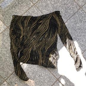Vintage glimmertrøje der er off-Shoulder og samlet lidt i den ene side. Med elastik i stoffet