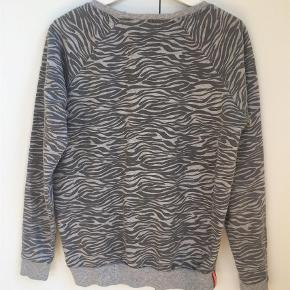 Varetype: Sweatshirt Farve: Grå  Fin og let sweat fra Neo Noir. Gråmelleret zebraprint og lille kontrastmærke i neonorange.