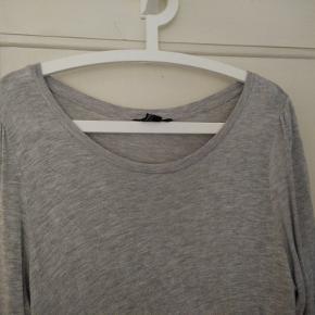 Lækker blød gtå t-shirt i ekstra lækker og blød modalkvalutet med rund hals og fine detaljer ved ærmerne. Brugt få gange.  Mål Længde: 73cm Bryst: 50cm