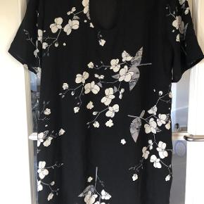 Super smuk sommerkjole kan bruges til en fest.  Sort med cremefarvet blomster og grå grene.  Brystmål 2 x 57 cm  Længde 97 cm  Korte ærmer