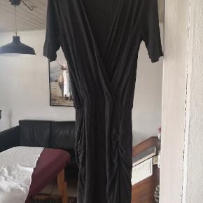 Flot kjole i stræk stof. Sidder tæt om numse og lår og giver en pæn figur.