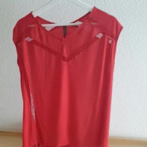 Top rouge avec motifs transparents