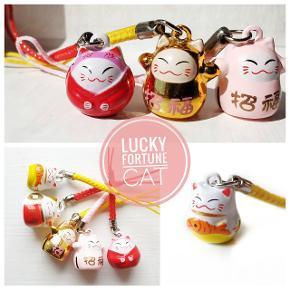 Lucky cat keyrings.. små søde nøgleringe med lille klokke,håndmalet nøgleringe til nøgler/mobil, pynt vedhæng til din kats halsbånd. Skriv nr privat på hvilken en du ønsker. Begrænset antal  #keyring #cat #luckycat