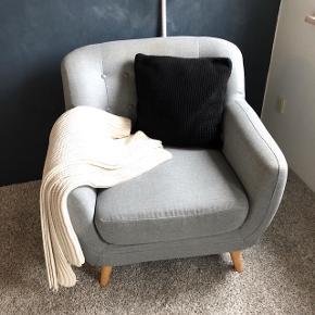 Pampas lænestol fra Ilva. Udgået model. Super skøn at sidde i. Stolen måler L:82xH:83xB:84. Fremstår som ny, har været meget lidt brugt, eneste bemærkning er et lille hul i stoffet forrest på stolen ved højre stoleben. (Se billede) Tilbehør følger ikke med. Afhentes i Herning.