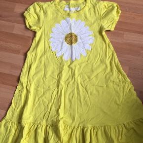 Helt ny kjole i lækker gul farve med en stor blomst på- hvid med guld glimmer. Meget fin, min datter ville desværre ikke have den:(