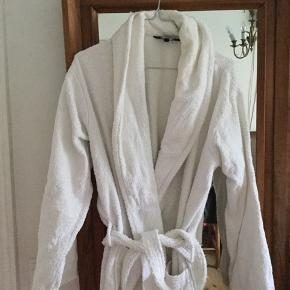 Lækker badekåbe fra magasin. Stadig flot hvid. Brugt men slet ikke slidt - god stand  #Secondchancesummer