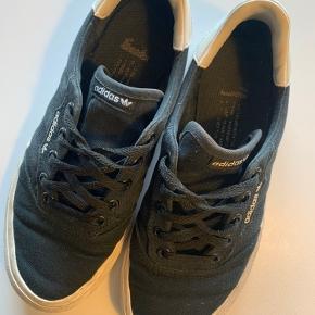 Adidas sko, str. 36 2/3. Størrelsessvarende. Brugt men fremstår fint, kan nemt vaskes/rengøres.