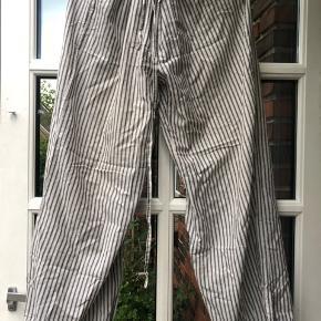 Bukser i 100% bomuld med bindebånd i livet og forneden. Farven ses bedst på det sidste billede.