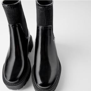 Super fede støvler fra ZARA.  Blank finish, elastik i siden og tyk track-sål.  Aldrig brugt.   Ingen bytte.