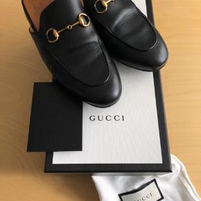 Sælger mine gucci flats da jeg ikke får dem brugt. Købt for et år siden. Æske, dustbags og kvittering følger med. Skoen har fået sat en sål på, som var anbefalet af Gucci butikken.
