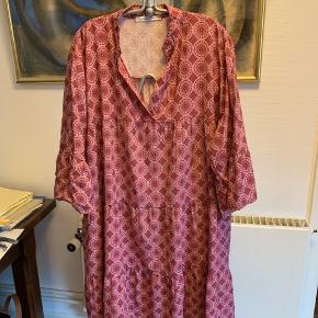Copenhagen Luxe kjole i str XXL. Vil mene det svarer til ca 46.  Har haft den på 1/2 time Max, men den passer ikke til min figur.