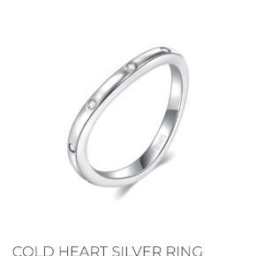 Smuk, enkel og slank sølvring med sten fra Lena Vandercliff i str. 52.  Aldrig brugt, da den desværre er købt i forkert størrelse. Æske medfølger. Nypris var 1550 kr, og den kan stadig købes på hjemmesiden.   Oplagt julegaveidé.  #trendsalesfund