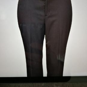 Lækker buks fra Lauren Ralph Lauren i str 50. Jeg er cirka 162 og har brugt den som lang buks, men de er beregnet til at stumpe ved anklerne. Brugt få gange