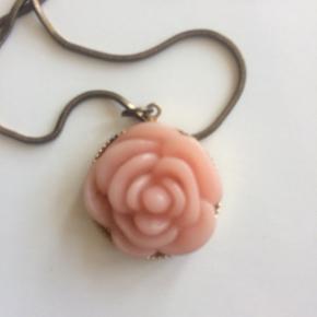Smuk og lang vintage halskæde med lyserød blomst. Kæden er ca 84 cm lang.  Se også mine andre annoncer, og giv et bud!
