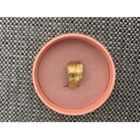 Leaf Ring fra Jane Kønig i guld.  Ringen er en str 47 Se billede 3: den har fået en knæk i selve ringen. Nypris er 950 kr. Sælges for 300 kr.