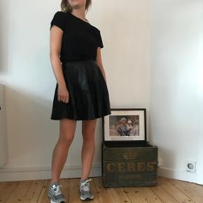 Muubaa skater nederdel str. 36 i blødt lammeskind . Den er i en meget fin stand uden ridser .  Ny pris 1500kr