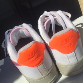 Super flotte Nike Air Force 1 sælges. Str 38. Maks brugt 4 gange. Sælges, da jeg ikke får dem brugt.  Kan afhentes i Bramming eller Aarhus.  BYD