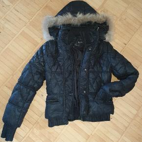 Kort dun jakke med pelkrave (pels ukendt materiale) str. Small. Ingen slid, men har været brugt.