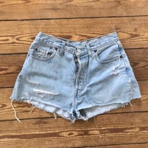 Lyseblå denim levi's shorts. Kan ikke se str. deri, men er selv medium og passer dem desværre ikke selv længere. Tænker de vil passe en str. small - se mål på billederne! :-)