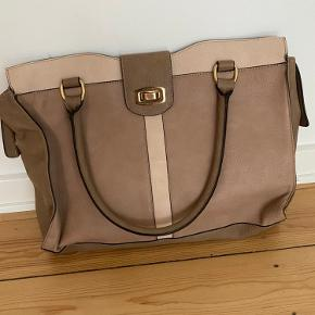 Taske fra ALDO i imiteret læder.   Næsten ikke brugt - ingen brugsmærker eller ridser - står som ny.