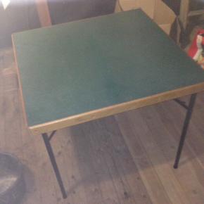 Ældre kortbord måler 80•80 cm og 71 cm høj