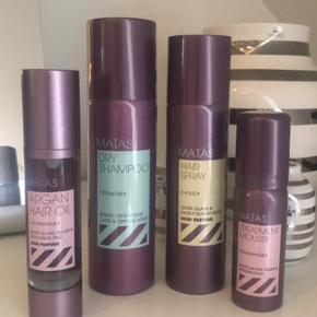 Super fine og gode produkter fra Matas. Sættet er til håret og indeholder:  Matas argan hair oil + Matas dry shampoo + Matas hair spray + Matas treatment mousse. Sælges da jeg aldrig får det brugt.  Ny pris ca. 180-200 i alt. Sælges for 100kr. Ellers byd.