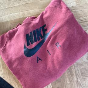 Sælger min Nike hættetrøje  Str small  Fejler absolut ingenting  Sælges for 250 :)