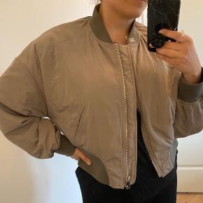 Bomber jakke , cropped  - 53 cm lang fra skulder og ned til kanten. Der er ingen spor af brug. Der er polyester fyld i bomber jakken og den kan bruges til en lun vinter. Jakken er fra ZARA's bæredygtige linje og er lavet af genbrugs-pant flasker 🌏❤️