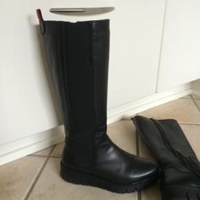 Penelope støvler i det lækreste skind - med bred udvendig elastik..  Str 36 men passer en 37, hvilket jeg selv er Max brugt 5 gange.. Købt i Butik Emsig Ny pris 1600 kr