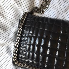 Zara City cross over taske med kæde og imiteret læder Np 1000kr  Mp 500kr  Byd ellers gerne!  Brugt meget få gange