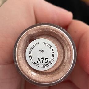 Mac pigment i farven Tan.