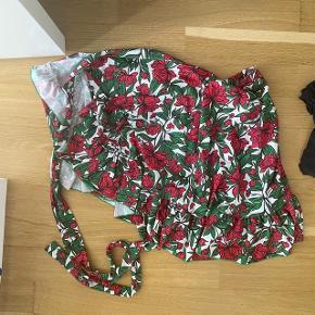 Så smuk blomstret slå om nederdel.  Aldrig brugt   Tjek mine andre annoncer ud☺️ Jeg sælger en masse forskelligt tøj, sko og tasker.  Der gives mængderabat🌸