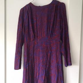 Minikjole med flot og specielt mønster i lilla/mørkeblå og rød. Den er i god stand. Byd gerne.