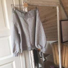 sælger denne lækre off-shoulder sweater!!str m køber betaler fragt 😜🌻