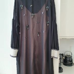 Fin kjole med flotte pailetter og sporty ærmer. Rosa underkjole med justerbare stropper.Brugt én enkelt gang. 108 lang 65 over bryst. Style Reannas